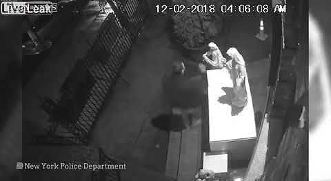 Pijany wandal oddaje mocz na posągi aniołów kościoła Brooklyńskiego, a potem rozbija je na kawałki