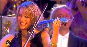 """Andre Rieu i piękne dziewczyny na instrumentach w utworze """"Victory"""""""