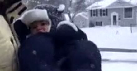 Pierwsza beztroska zabawa w śniegu z tatusiem