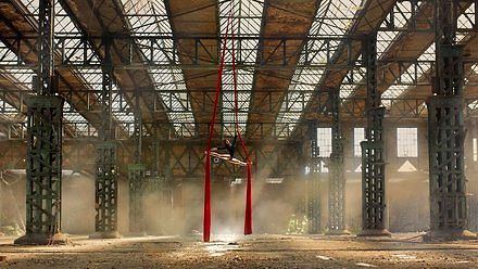 Piękna Polka i akrobacje na szarfie w opuszczonym hangarze!