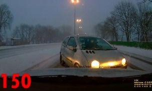 Chyba jeszcze nie wszyscy mają zimowe opony, czyli tak jeżdżą polscy kierowcy