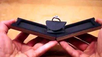 Nietypowe drewniane pudełko na pierścionek