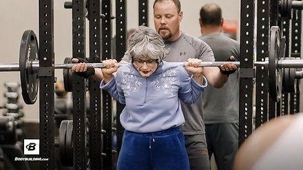 Babcia robi furorę na siłowni