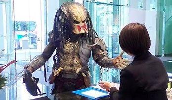 Predator odwiedza siedzibę firmy w Tokio