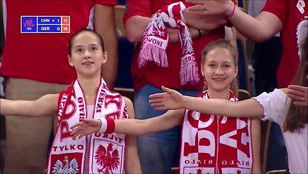 Polscy fani siatkówki naśladują sędziego