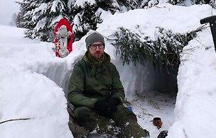 Zimowy survival - schronienie w śniegu. Okop śnieżny