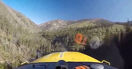 Ryzykowne lądowanie w górach między drzewami