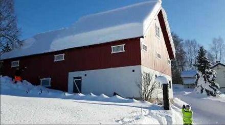 Usuwanie śniegu z dachu w Norwegii