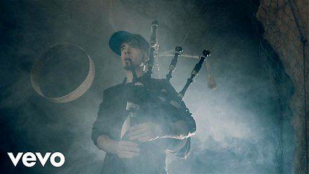 Włoski zespół grający irlandzką melodię na szkockich dudach