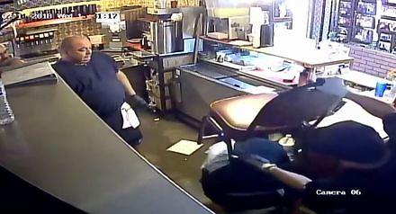 Uzbrojony napastnik napada na knajpę w Arizonie