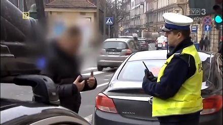 Janusz przepisów drogowych poucza policjanta z drogówki
