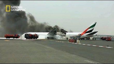 Zamiast się ewakuować, ludzie szukali swoich bagaży w płonącym samolocie!
