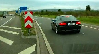 Kierowca BMW zaczyna robić bardachę na drodze
