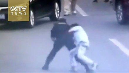 Chińska policjantka z oddziału specjalnego rozbraja nożownika