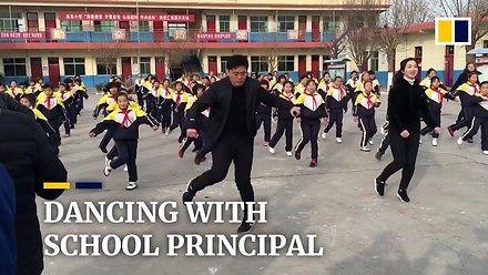 Dyrektor szkoły uczy dzieci tańca