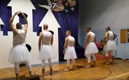 Balet, jakiego nikt jeszcze nie widział - tatusiowie przebrani za łabędzie