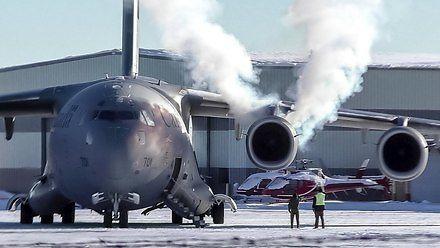 Efektowne odpalanie silników Globemastera zimą
