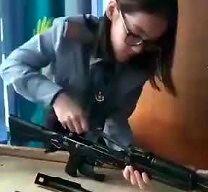"""Pani """"Szybkie Rączki"""" rozkłada i składa broń w 45 sekund"""