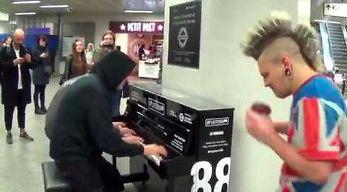 Mistrz boogie-woogie pokazał punkowi, jak grać na pianinie