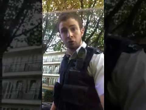 Policjant wpada w szał, gdy zatrzymany nie chce wysiąść z samochodu