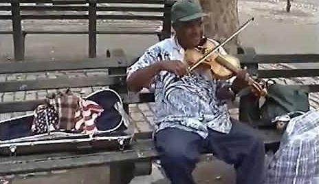 Murzyn z Manhattanu gra Mazurka Dąbrowskiego