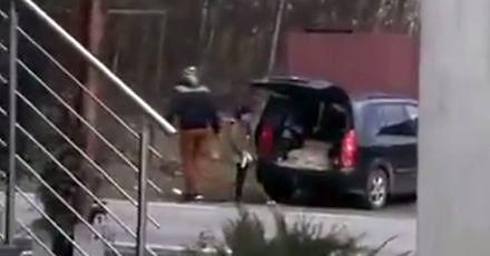 Dziwne zachowanie kierowcy: śmieci wyrzucił na trawnik, a dziecko spakował do bagażnika
