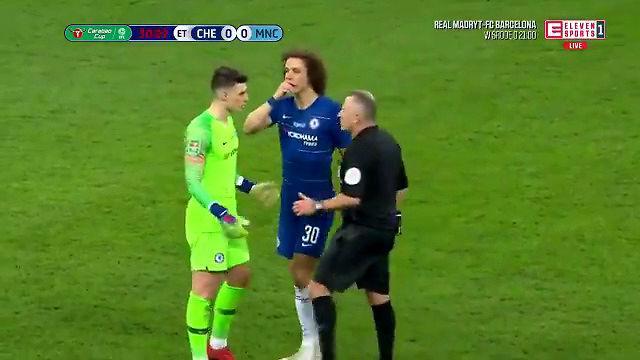 Bramkarz Chelsea odmówił zejścia z boiska. Kuriozalna scena w finale Pucharu Ligi Angielskiej