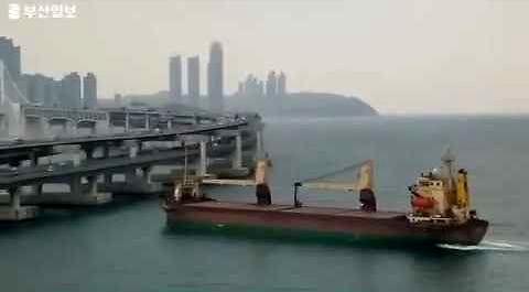 Rosyjski statek taranuje most w Korei Południowej