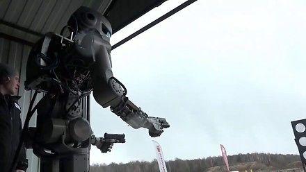Robot Fiodor nauczył się strzelać z pistoletów