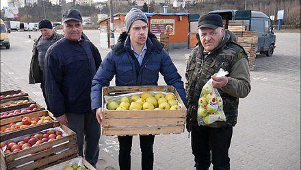 2 kg jabłek w markecie - 8 złotych, za tyle kupisz pełną skrzynkę na rynku!
