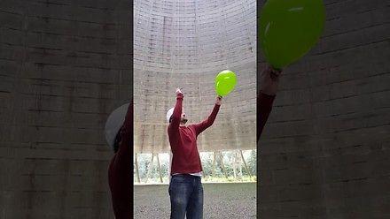 Tak brzmi pękający balon w kominie elektrowni atomowej