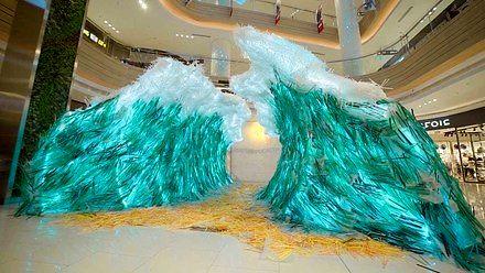 Fala stworzona ze 168 tysięcy plastikowych słomek