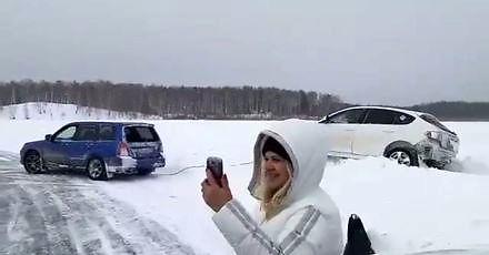 Wyciąganie auta z zaspy w Rosji