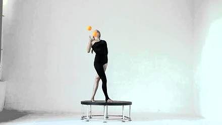 Żonglująca gimnastyczka