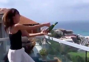 Efektowne otwieranie szampana na balkonie