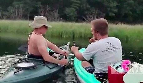 Otwieranie piwa na kajakach