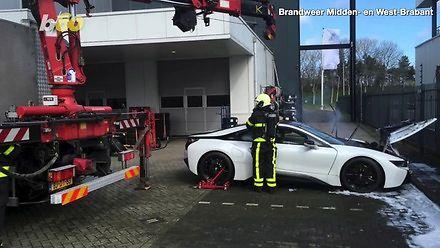 Holenderscy strażacy stosują nowy sposób gaszenia samochodów elektrycznych