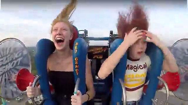 Dziewczyny świetnie się bawią na dwa różne sposoby