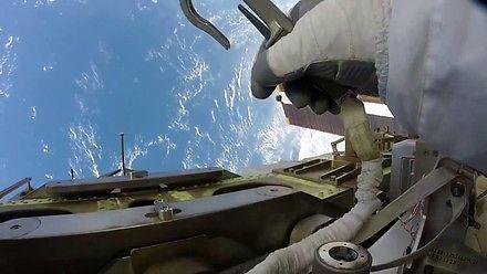 Widok POV ze spaceru kosmicznego na ISS