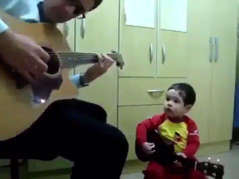 Maluch w duecie z tatusiem