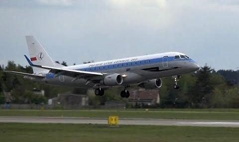 Samolot lotu w barwach retro. Start i lądowanie w 4K