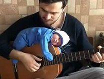 Dziecko, któremu w spaniu nie przeszkadza granie na gitarze