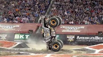 Odwrotny backflip monster truckiem? Proszę bardzo!