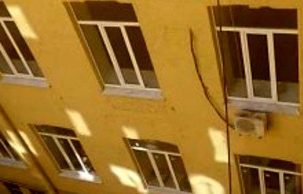 Rzadko stosowana metoda mycia okien na 4 piętrze