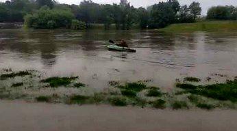 Debil na kajaku podczas powodzi