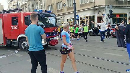 Tak biegną BARDZO WAŻNI biegacze, oni nie muszą ustępować straży pożarnej