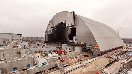 Nasuwanie sarkofagu na reaktor nr 4 w Czarnobylu
