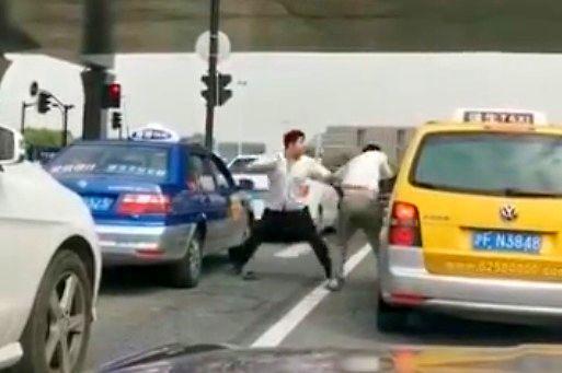 Bójka na jezdni z nieoczekiwanym zakończeniem