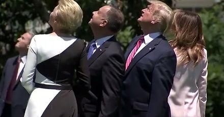 Prezydenci Duda i Trump witają gościa specjalnego