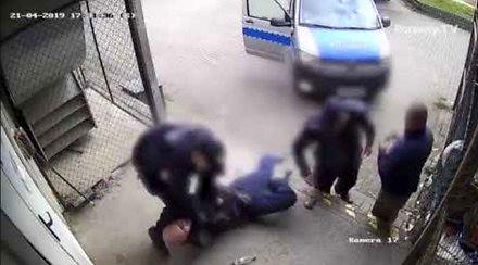Obywatel nagrywał legitymowanie, policjant nie wytrzymał napięcia i...
